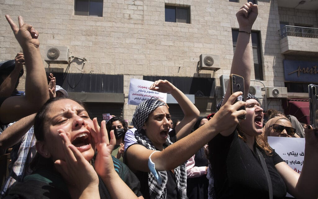 תושבי מזרח ירושלים מפגינים מחוץ לבית המשפט במהלך דיון על פינוי תושבים בשכונת סילוואן, 26 במאי 2021 (צילום: AP Photo/Maya Alleruzzo)