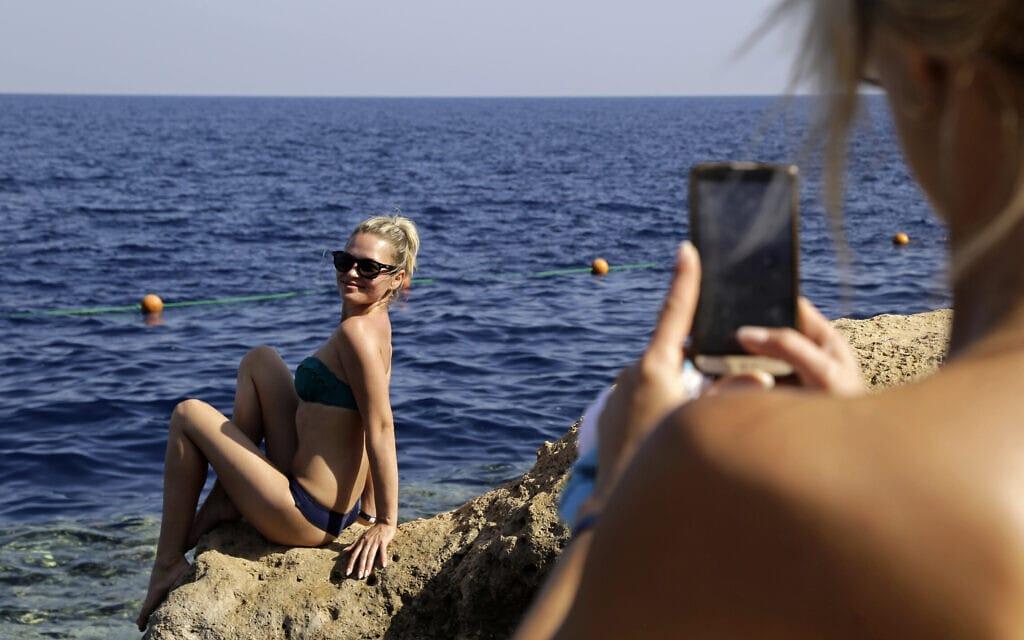 תיירות מרוסיה על חוף הים האדום בשארם א-שייח (צילום: AP Photo/Thomas Hartwell)