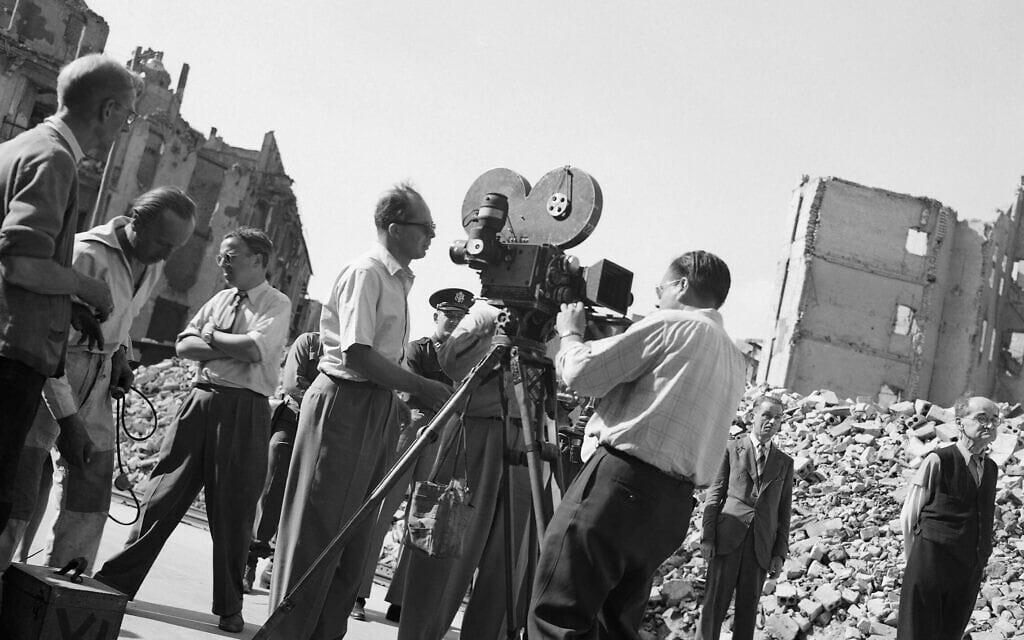 """בילי ויילדר, משמאל, מביים את הסרט """"רומן זר"""" ב-1947 (צילום: AP Photo/Wolfgang Sorsche)"""