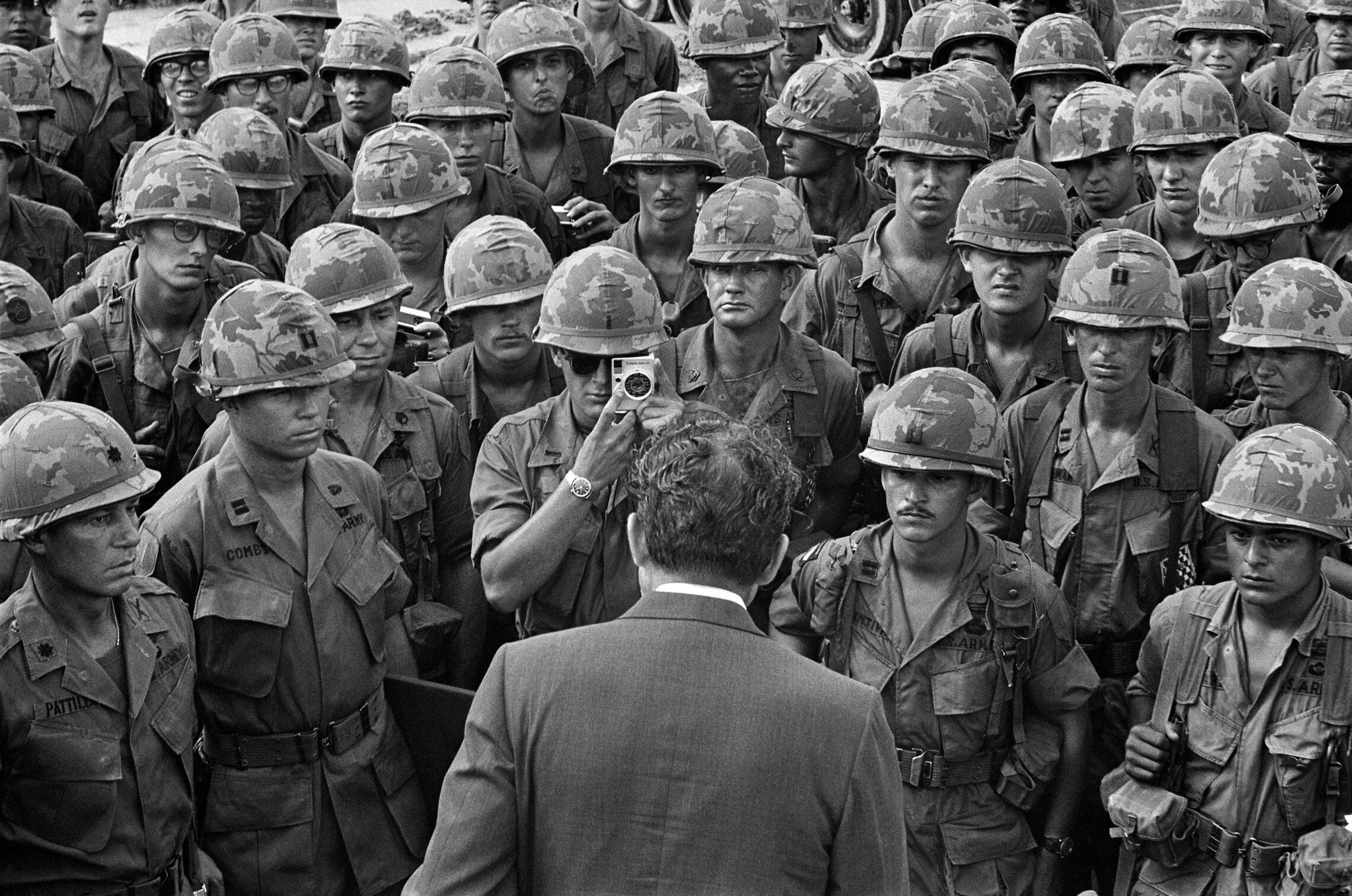 חיילי צבא ארצות הברית עם הנשיא ריצ'רד ניקסון ליד סייגון, וייטנאם, ב-30 ביולי 1969 (צילום: AP Photo/Bob Daugherty)