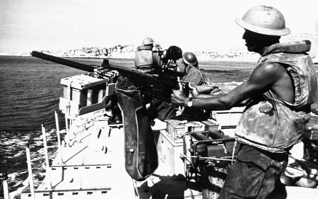 """כוח צה""""ל מפטרל במצרי טיראן במהלך מלחמת ששת הימים, 9 ביוני 1967 (צילום: AP Photo/Israel Army)"""