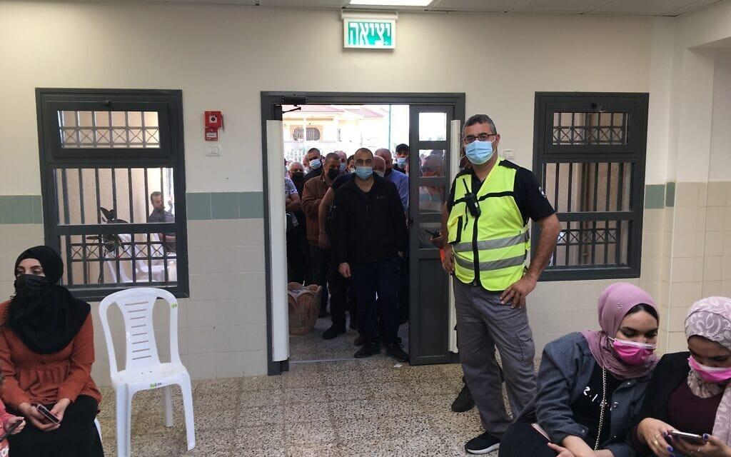 מרכז החיסונים בברטעה, אזרחים פלסטינים מחכים לצד ישראלים, 8 באפריל 2021 (צילום: אוריאל היילמן)