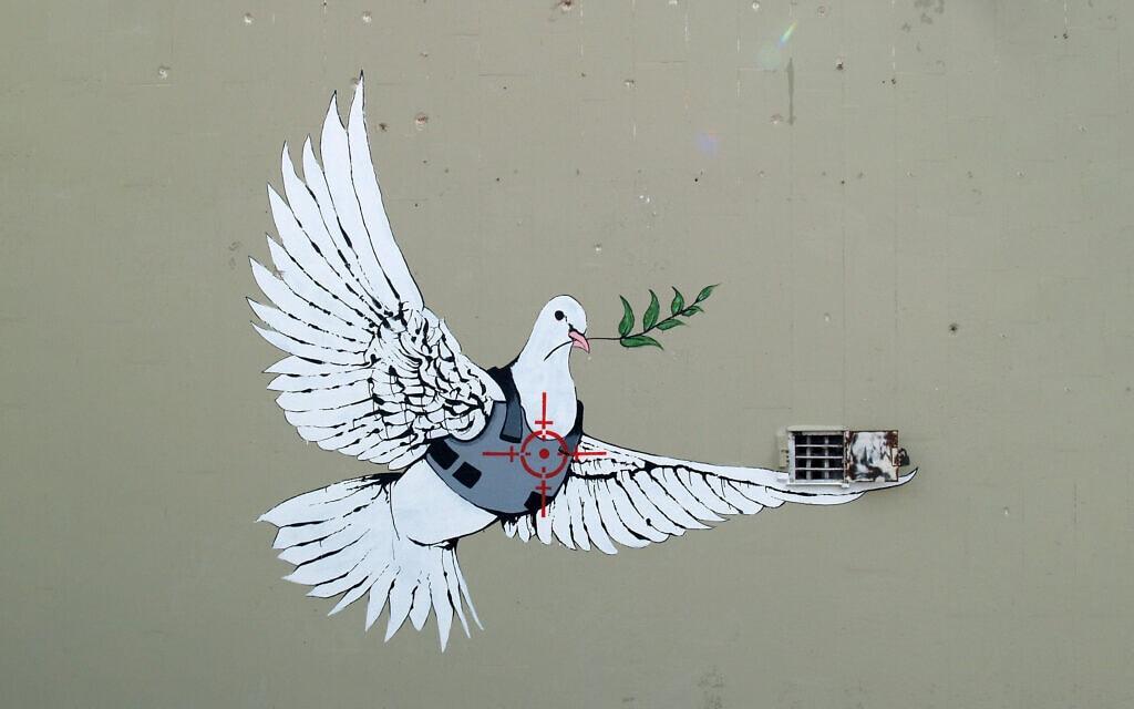 גרפיטי של בנקסי על החומה בבית לחם (צילום: Dan De Kleined / Alamy)
