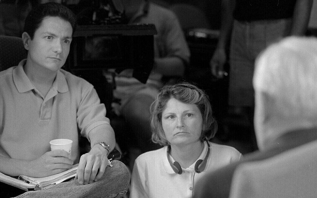 """במאי """"הימים האחרונים"""" ג'יימס מול (משמאל) וג'ון בילור, במרכז, עם ד""""ר רנדולף ברהם במהלך צילומי הסרט"""
