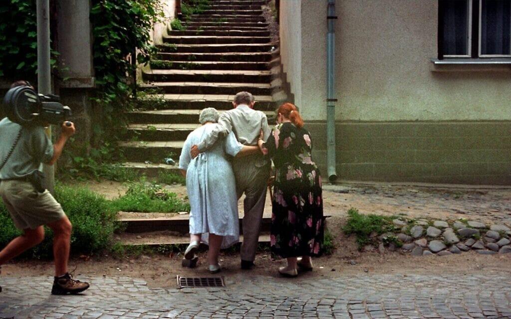 """רנה פיירסטון חוזרת ב-1998 לבית ילדותה באוזורהוד, היום באוקראינה ואז בהונגריה, במסגרת הצילומים לסרט התיעודי """"הימים האחרונים"""""""