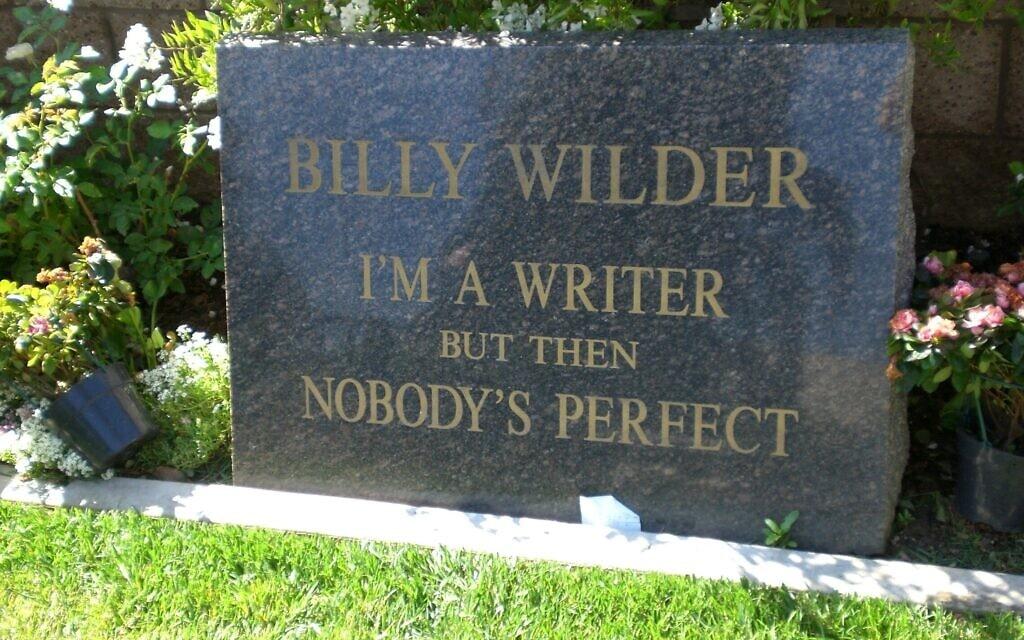 """המצבה על קברו של בילי ויילדר: """"אני כותב. מצד שני, אף אחד לא מושלם"""" (צילום: Alan Light/Wikipedia)"""