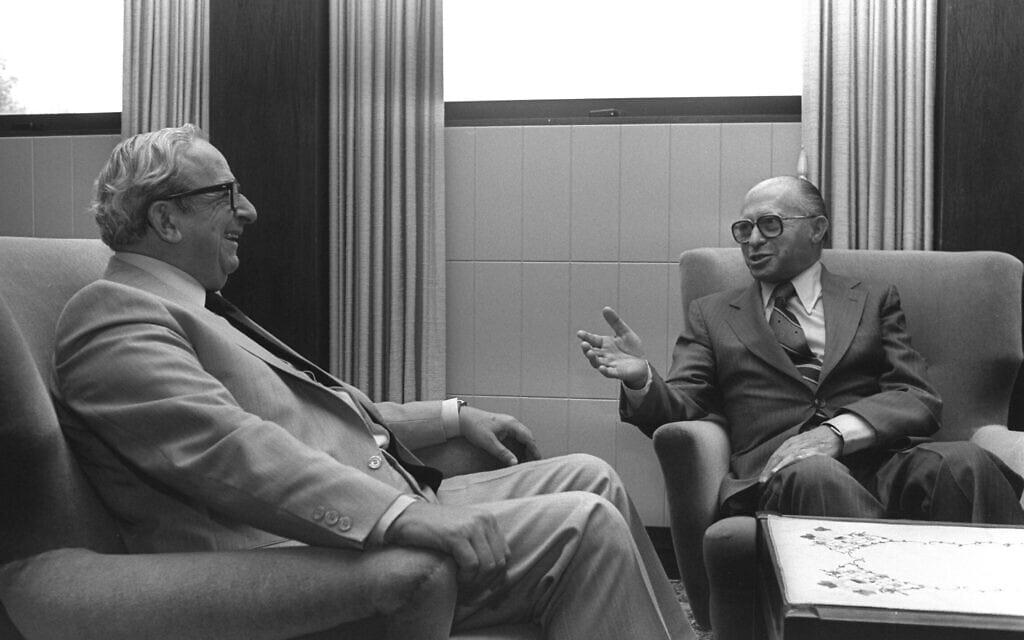 ראש הממשלה מנחם בגין בפגישה עם נשיא המדינה יצחק נבון, לאחר שזה הטיל בידיו את משימת הרכבת הממשלה, 16 ביולי 1981 (צילום: חנניה הרמן/פלאש90)