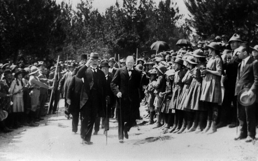 שר המושבות הבריטי וינסטון צ'רצ'יל (מימין) מלווה בנציב העליון הבריטי הרברט סמואל, בירושלים, מרץ 1921