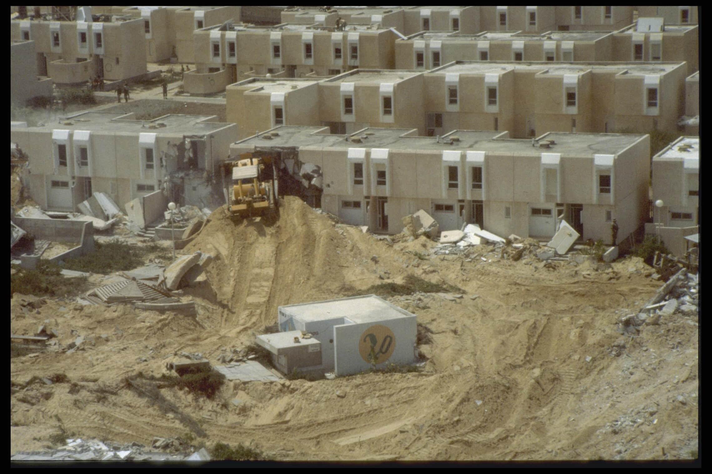 """הריסת המבנים בימית לקראת החזרתה למצרים, 8 במרץ 1982 (צילום: בני טל אור/לע""""מ)"""