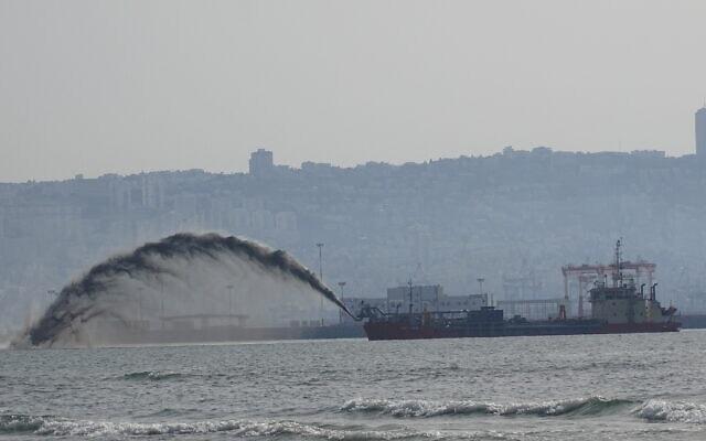אוניית מחפר, (dredger), מטילה חול מפתחת הקישון לחוף קריית חיים, מאי 2021 (צילום: הפורום הישראלי לשמירה על החופים)