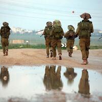 """חיילי צה""""ל בסיום """"עופרת יצוקה"""" בעזה, 19 בינואר 2009 (צילום: יוסי זמיר/פלאש90)"""