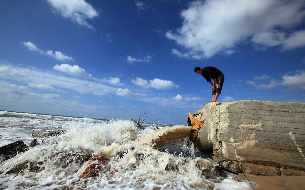 ביוב נשפך לים התיכון בעזה (צילום: Wissam Nassar/Flash90)