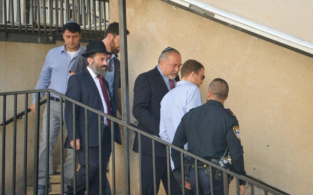 אביגדור ליברמן יוצא מביתו של הרב חיים קנייבסקי בבני ברק ב-18 בנובמבר 2018 (צילום: יוסי זליגר/פלאש90)