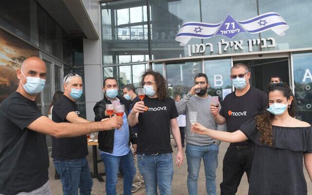 עובדי מוביט חוגגים את עסקת המכירה לאינטל, נס ציונה, 5 במאי 2020 (צילום: Flash90)