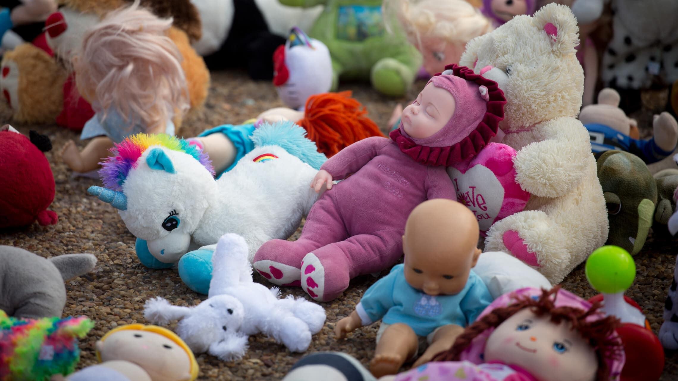 מאות בובות הונחו בכיכר רבין בתל אביב כחלק ממחאה על ההתעללויות בפעוטות במשפחתונים וגני ילדים, 1 בספטמבר 2020 (צילום: מרים אלסטר/פלאש90)
