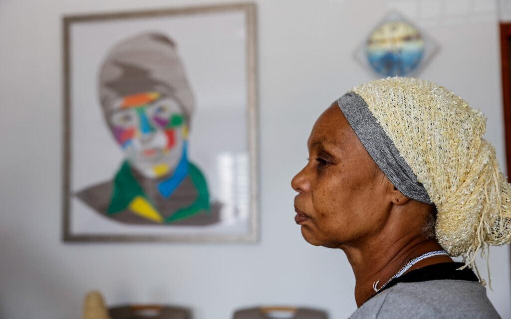 אמו של אברה מנגיסטו בביתה באשקלון, 21 במרץ 2021 (צילום: פלאש90)