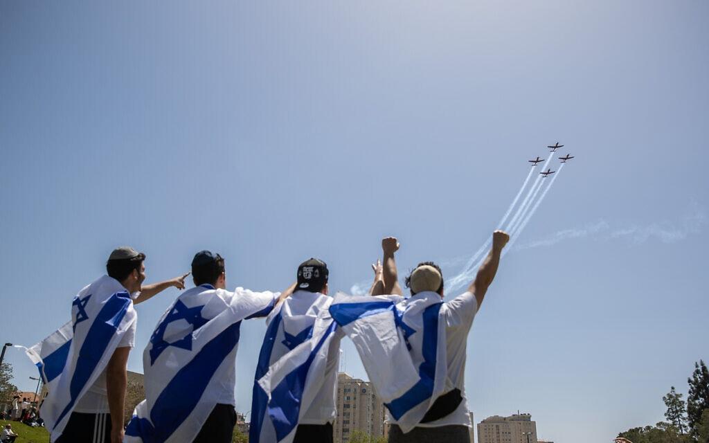 .חגיגות עצמאות 2021 בגן סאקר בירושלים, על רקע מטס יום העצמאות. (צילום: Yonatan Sindel/Flash90)