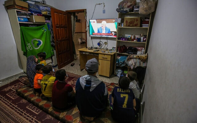 משפה פלסטינית ברפיח שברצועת עזה צופה בנשיא הרשות הפלסטינית, מחמוד עבאס (אבו מאזן), בטלוויזיה שבביתה, 29 באפריל 2021 (צילום: עבד רחים חטיב, פלאש 90)