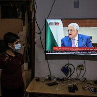 ילד בעזה צופה בנאום של מחמוד עבאס על דחיית הבחירות לרשות הפלסטינית, 29 באפריל 2021 (צילום: bed Rahim Khatib/Flash90)