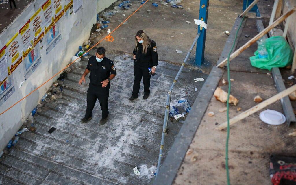שוטרים בזירה בהר מירון שבה נהרגו 45 איש ונפצעו רבים בהילולת רבי שמעון בר יוחאי, 30 באפריל 2021 (צילום: דוד כהן, פלאש 90)
