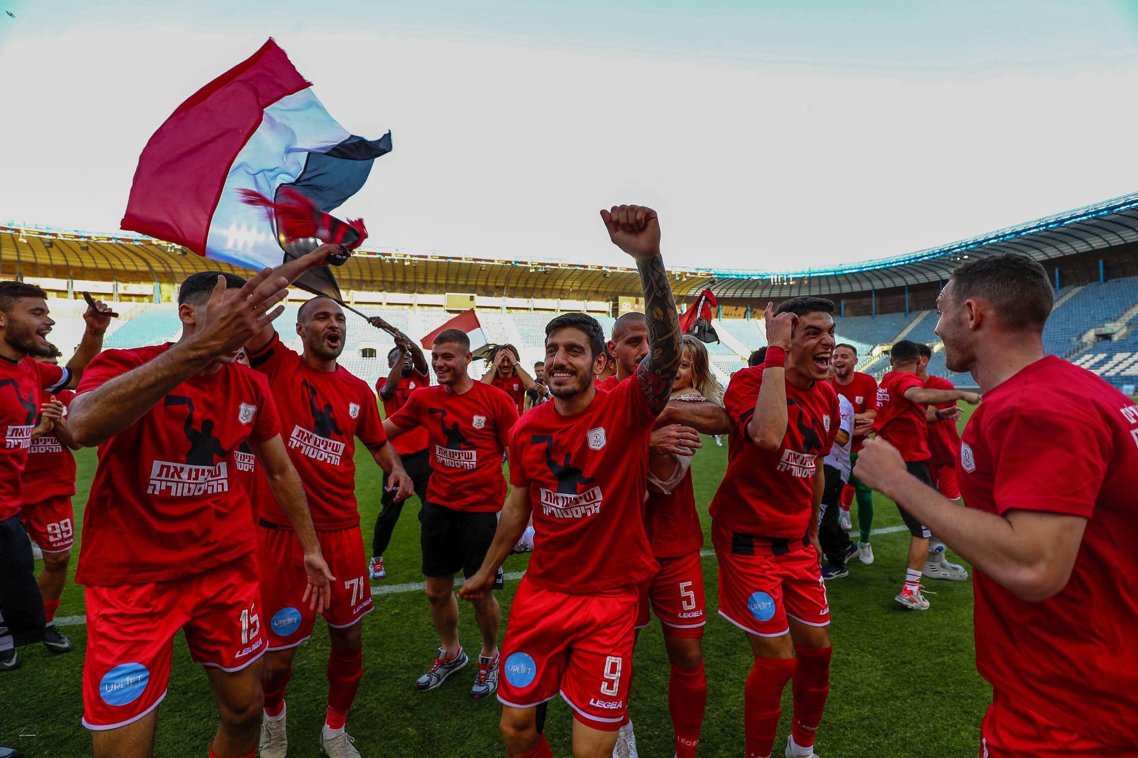 שחקני הפועל ירושלים חוגגים את העלייה לליגת העל בכדורגל, 30 באפריל 2021 (צילום: פלאש90)