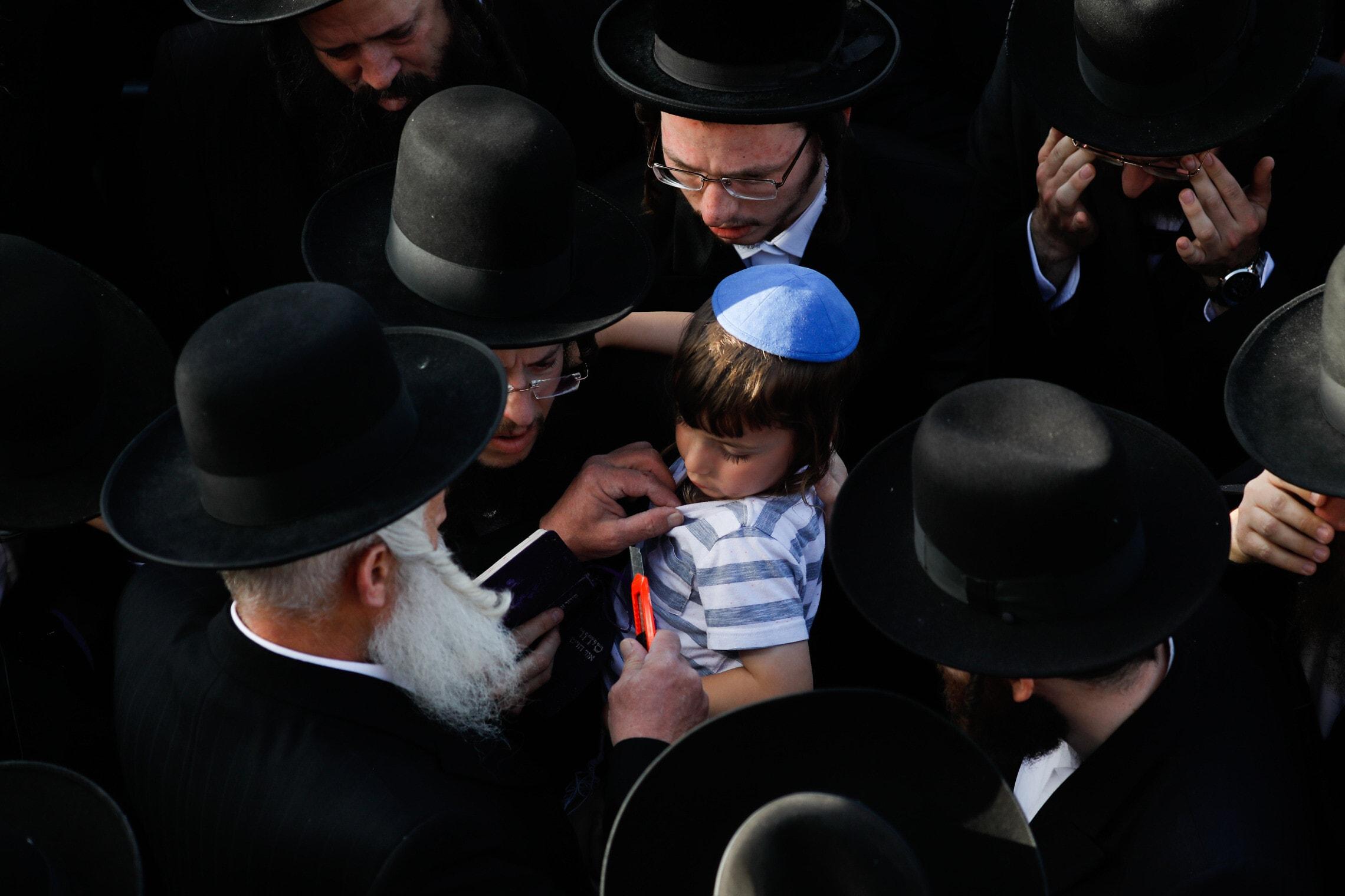 בנו של ההרוג דוד קרויס שנהרג באסון בהר מירון, בהלוויתו בירושלים, 30 באפריל 2021 (צילום: אוליבייה פיטוסי/פלאש90)