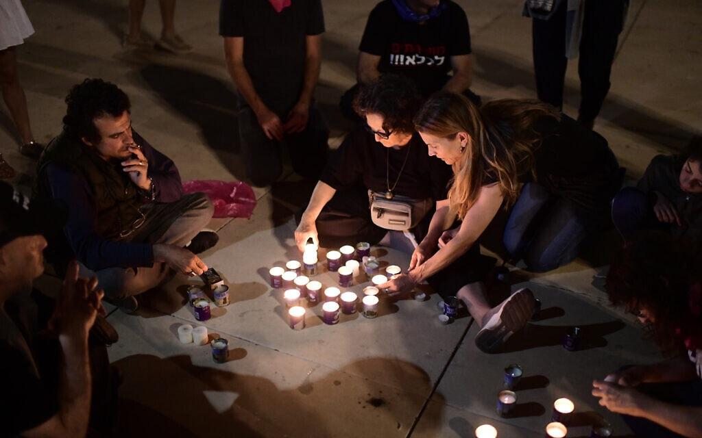 .צעירים בכיכר הבימה בתל אביב מדליקים נרות לזכר הנספים באסון במירון (צילום: Tomer Neuberg/Flash90)