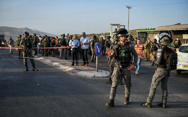 כוחות הביטחון בזירה שבה אירע פיגוע בצומת תפוח, 2 במאי 2021 (צילום: שריה דיאמנט, פלאש 90)
