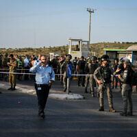 כוחות הביטחון בצומת תפוח לאחר פיגוע שאירע במקום, 2 במאי 2021 (צילום: שריה דיאמנט, פלאש 90)