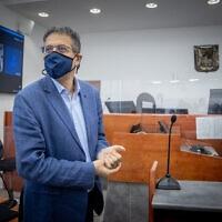 """המנכ""""ל לשעבר של """"וואלה!"""", אילן ישועה, בבית המשפט המחוזי בירושלים, 4 במאי 2021 (צילום: יונתן זינדל, פלאש 90)"""