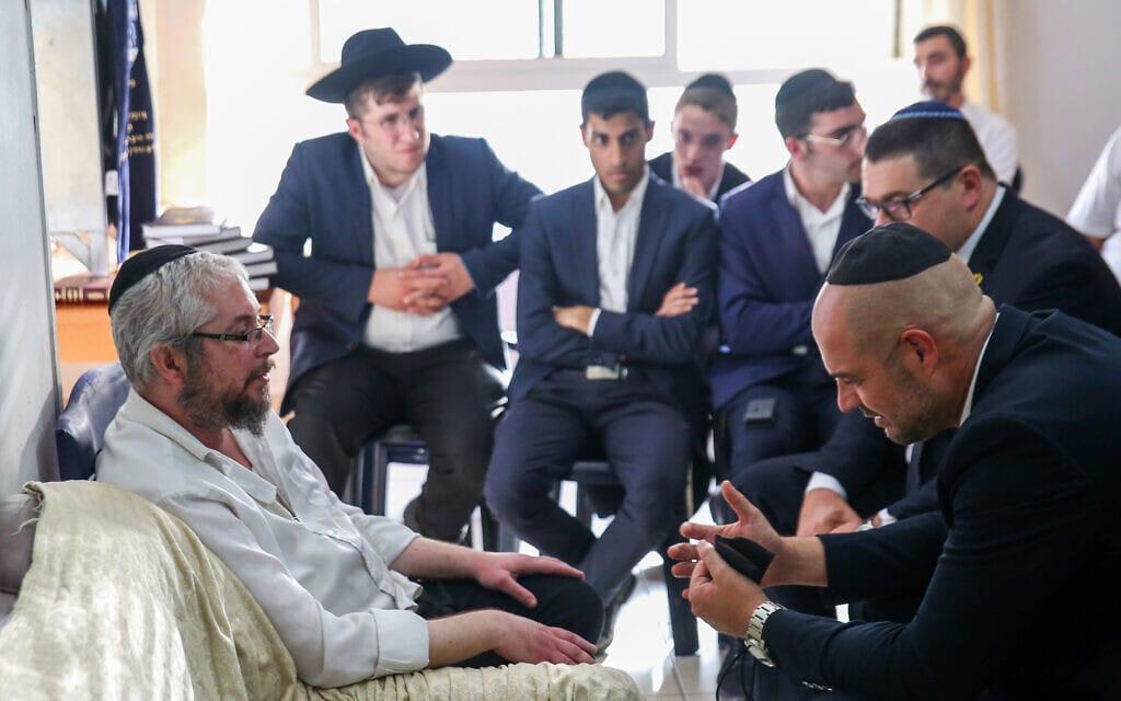 השר לביטחון הפנים, אמיר אוחנה, מנחם את קרוביו של שלמה זלמן ליבוביץ', שנהרג באסון שאירע בהר מירון, 5 במאי 2021 (צילום: דוד כהן, פלאש 90)