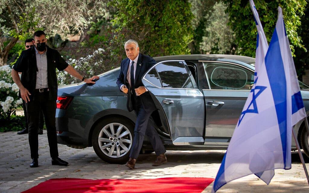 יושב ראש יש עתיד, יאיר לפיד, בדרכו לפגישה עם ראובן (רובי) ריבלין בבית הנשיא בירושלים, 5 במאי 2021 (צילום: אוליבייה פיטוסי, פלאש 90)