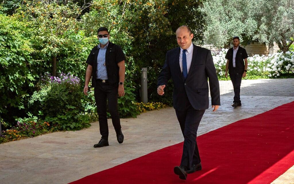 יושב ראש ימינה נפתלי בנט בדרכו לפגישתו עם הנשיא ראובן (רובי) ריבלין בבית הנשיא בירושלים, 5 במאי 2021 (צילום: אוליבייה פיטוסי, פלאש 90)