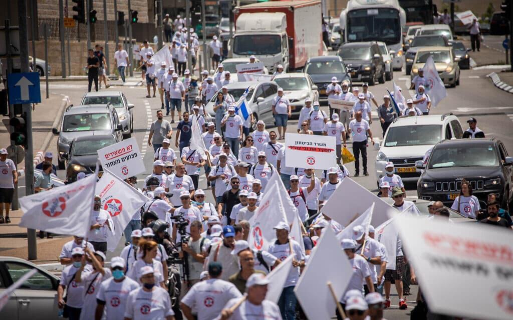 """מוחים מפגינים בירושלים למען זכויותיהם של פצועי צה""""ל, 5 במאי 2021 (צילום: יונתן זינדל, פלאש 90)"""