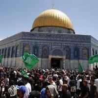 דגלי חמאס בהר הבית בתפילה שהתקיימה מוקדם יותר היום, 7 במאי 2021 (צילום: Jamal Awad/FLASH 90)