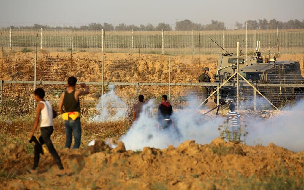 """פלסטינים בעימות עם כוחות צה""""ל על גבול רצועת עזה, 8 במאי 2021 (צילום: Abed Rahim Khatib/Flash90)"""