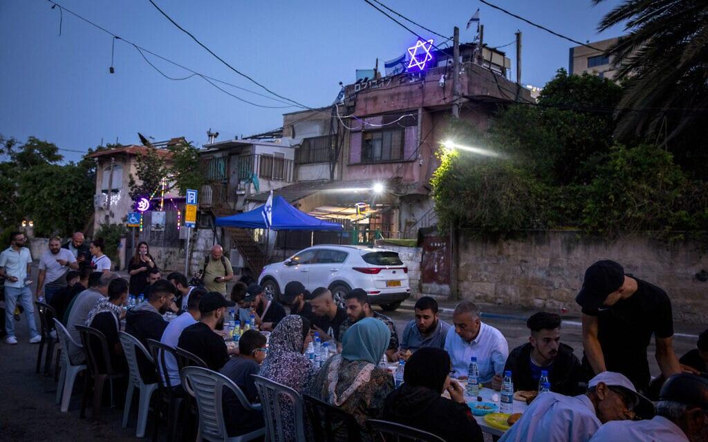תושבים מוסלמים בשכונת שייח' ג'ראח מקיימים את ארוחת האיפטאר מחוץ לבית של משפחה יהודית, במחאה על תוכנית ישראל להרוס מספר בתים של פלסטינים בשכונה המזרח ירושלמית, 8 במאי 2021 (צילום: אוליבייה פיטוסי/פלאש90)