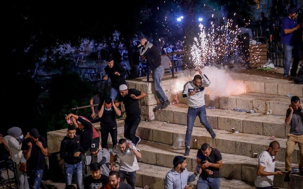 התנגשויות בין המוסלמים וכוחות הביטחון בשער שכם, 8 במאי 2021 (צילום: אוליבייה פיטוסי/פלאש90)