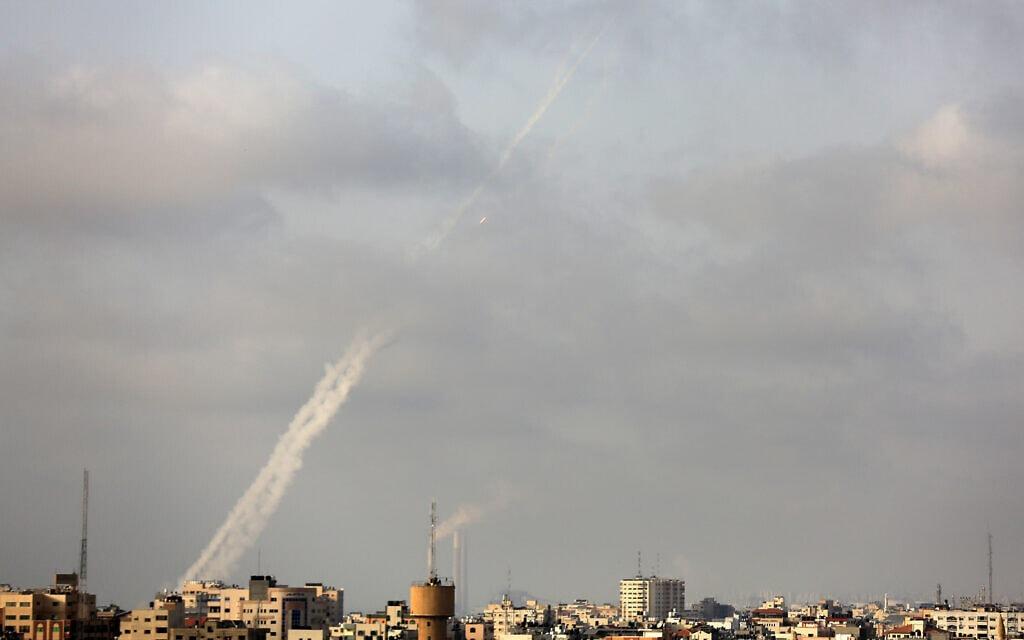 שובל עשן בעקבות ירי רקטות מרצועת עזה לישראל, 10 במאי 2021 (צילום: Atia Mohammed/Flash90)
