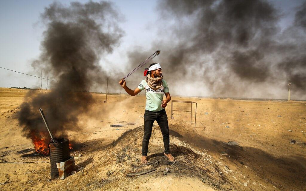 מפגין פלסטיני על גבול רצועת עזה וישראל, 10 במאי 2021 (צילום: Abed Rahim Khatib/Flash90)