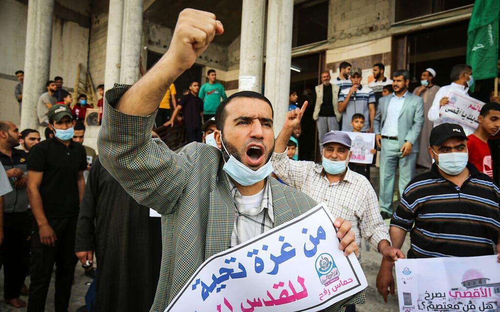 פלסטינים מפגינים ברפיח שברצועת עזה נגד ישראל, 10 במאי 2021 (צילום: Abed Rahim Khatib/Flash90)