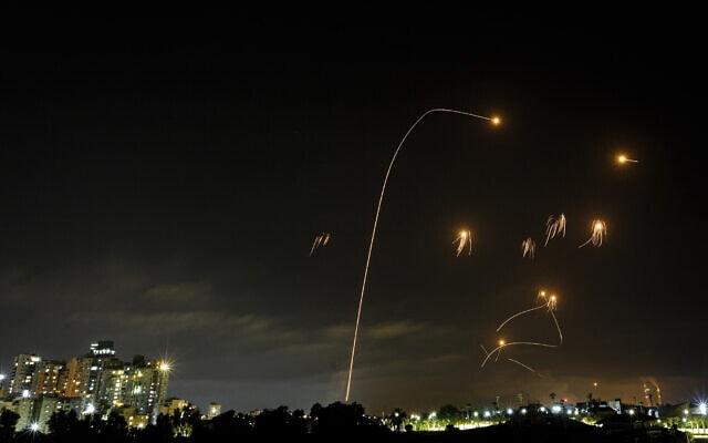 כיפת ברזל מיירטת רקטות שנורו מרצועת עזה לעבר אשקלון, 10 במאי 2021 (צילום: אדי ישראל/פלאש90)