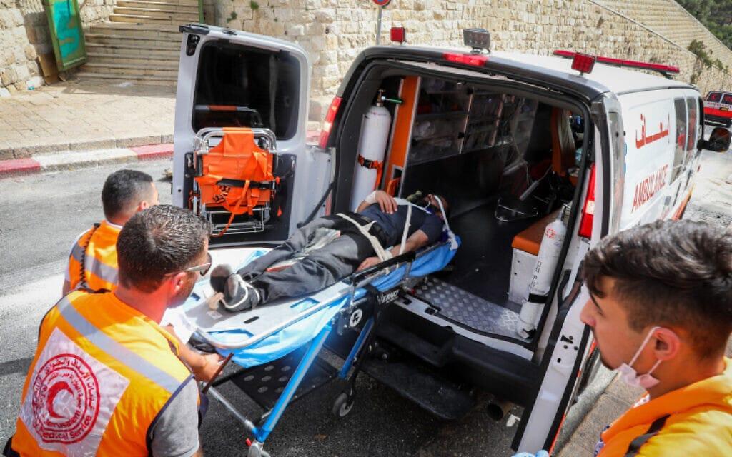 אנשי הסהר האדום מפנים פצוע במהומות יום ירושלים, 10.5.2021 (צילום: Olivier Fitoussi/Flash90)