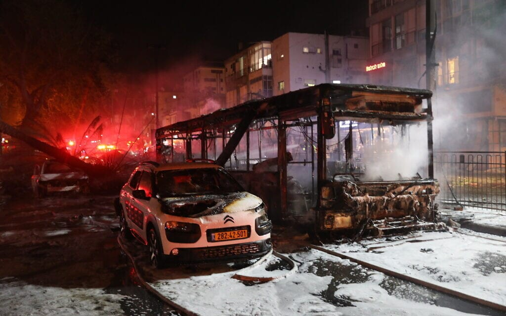 אוטובוס מפויח בחולון שנפגע ישירות מרקטה שנורתה מרצועת עזה, 11 במאי 2021 (צילום: נעם ריבקין פנטון, פלאש 90)