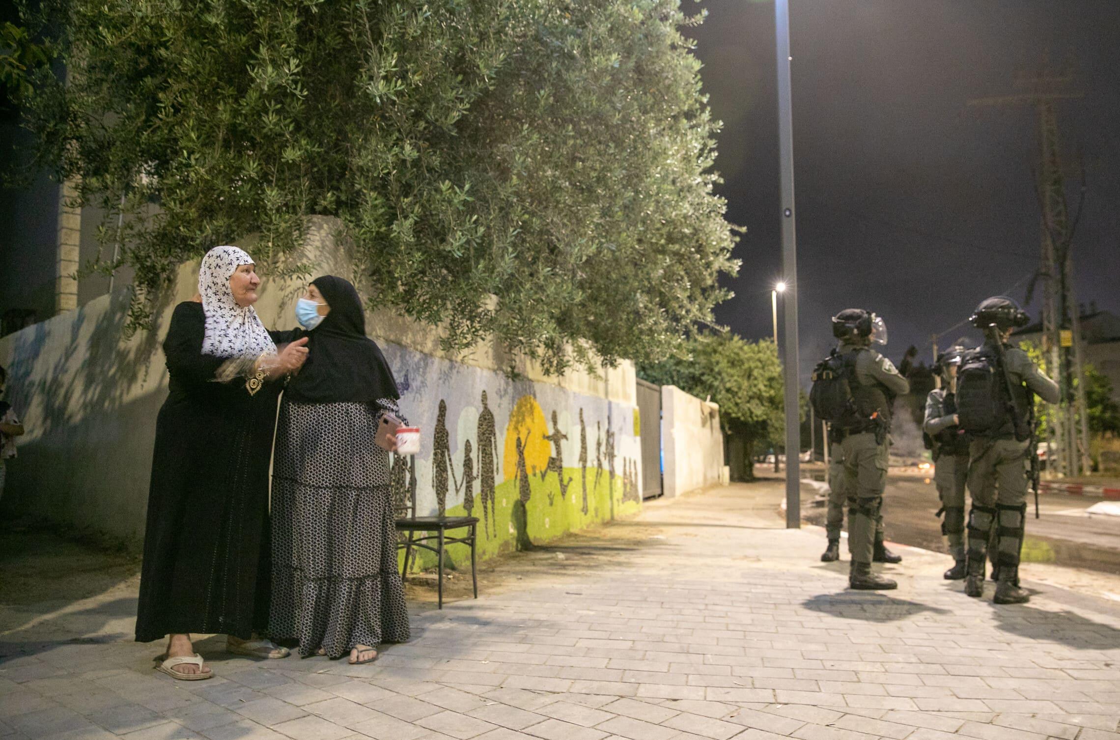 """דו-קיום בלוד: נשים ערביות ולוחמי מג""""ב, 11 במאי 2021 (צילום: יוסי אלוני/פלאש90)"""