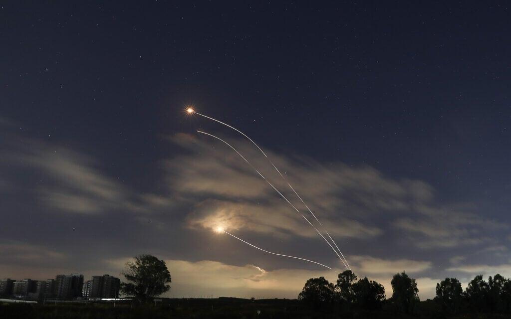 כיפת ברזל בפעולה במבט מדרום הארץ, 13 במאי 2021 (צילום: Noam Revkin Fenton/Flash90)