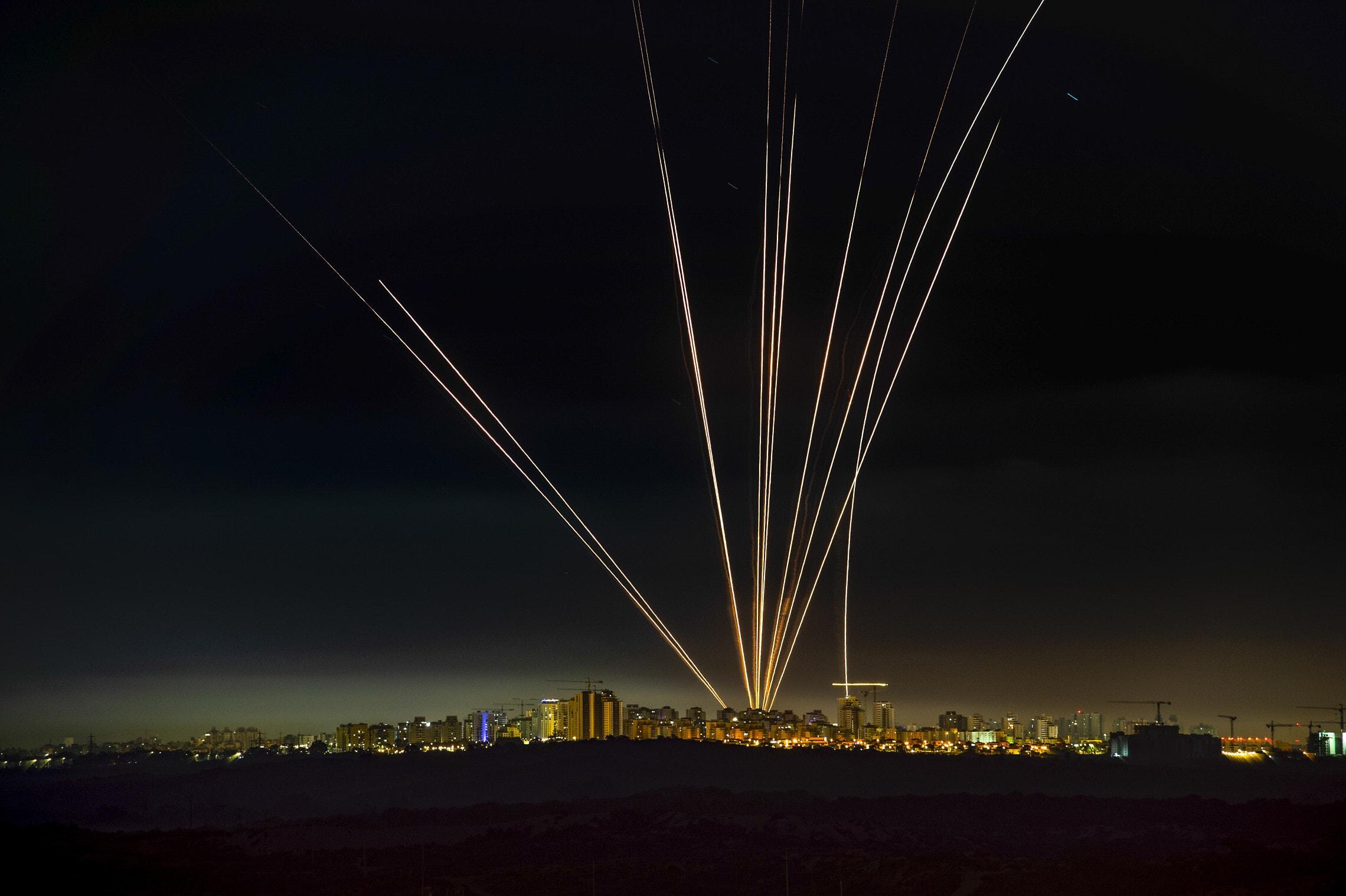 מערכת כיפת ברזל ליד אשדוד מיירטת רקטות שנורו מעזה, 15 במאי 2021 (צילום: אבי רוקח/פלאש90)