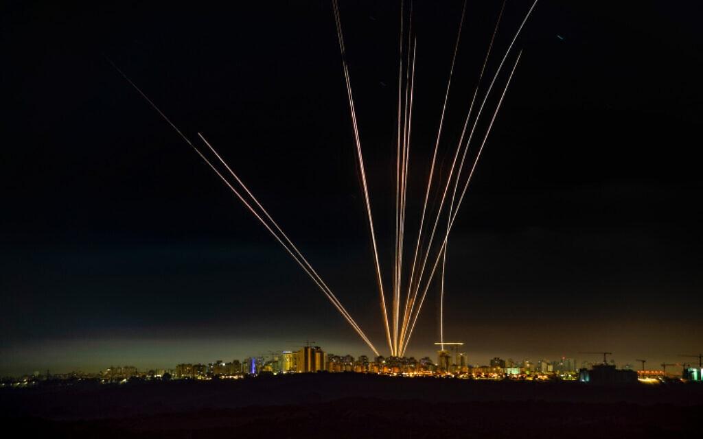 ירוטי כיפת ברזל ליד אשדוד ביום השישי של מבצע שומר החומות, 15 במאי 2021 (צילום: Avi Roccah/Flash90)
