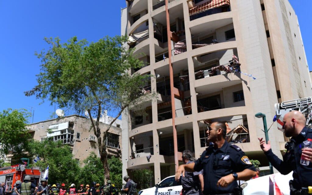 משטרה ואנשי בטחון והצלה באתר נפילת הרקטה ברמת גן ביום החמישי של מבצע שומר החומות, 10.5.2021 (צילום: Tomer Neuberg/Flash90)