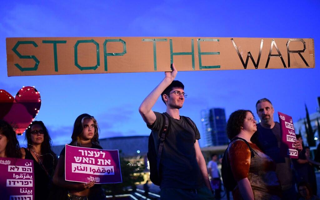 הפגנה נגד אלימות ובעד דו-קיום בכיכר הבימה בתל אביב, 15 במאי 2021 (צילום: תומר נויברג/פלאש90)